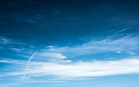 cielos abiertos: cielo azul con nubes bridht Foto de archivo