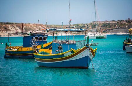 barca da pesca: barche da pesca vicino al villaggio di pescatori di Marsaxlokk (Marsascala) a Malta