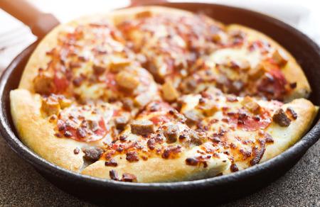 pizza: cortar deliciosa pizza en una sartén