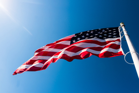 flags america: bandera americana ondeando en el cielo azul Foto de archivo