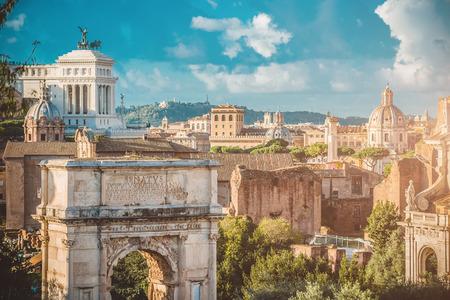 roma antigua: Pintoresco Vista del Foro Romano en Roma en Italia