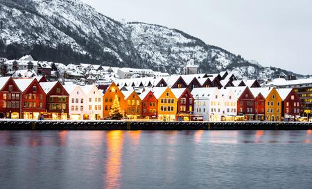 case colorate: strada Bryggen con case colorate di legno a Bergen a Natale, Norvegia