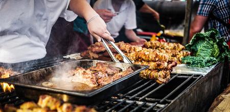barbacoa: cocinar barbacoa de carne en el fuego Foto de archivo