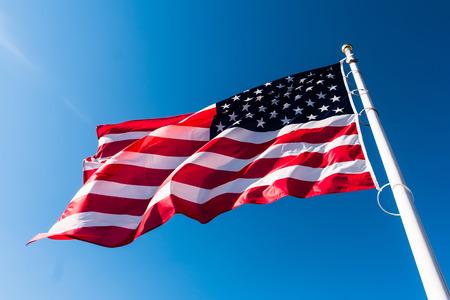 bandera blanca: bandera americana ondeando en el cielo azul Foto de archivo
