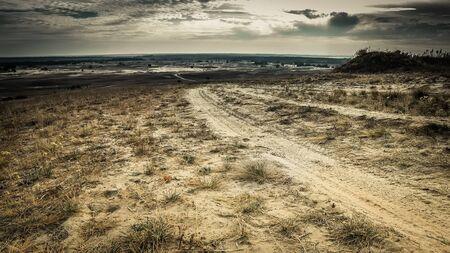 suelo arenoso: paisaje escénico del camino acumulados en un campo de arena Foto de archivo