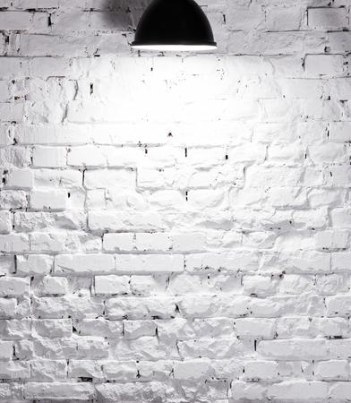 Tessitura di mattoni imbiancato parete illuminata con la lampada in cima Archivio Fotografico - 53785791