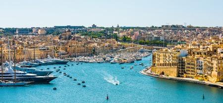 Bella vista panoramica sulla Valletta dal mare a Malta Archivio Fotografico - 56664409