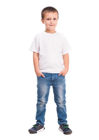 niño parado: niño pequeño en camisa blanca aisladas sobre fondo blanco Foto de archivo