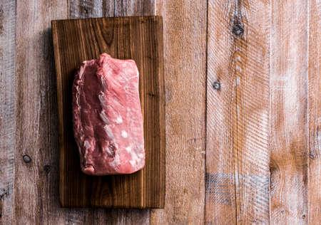 carne cruda: gran pedazo de carne cruda en la tabla Foto de archivo
