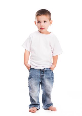 ragazzino in camicia bianca isolato su sfondo bianco