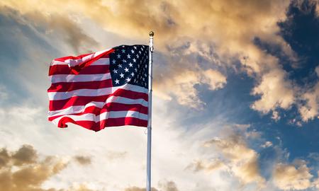 bandera americana ondeando en el cielo