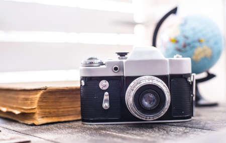 recoger: rareza de la cámara con el globo y el libro viejo en el fondo Foto de archivo