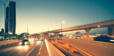 交通: 高層ビルの道路、夜、アラブ首長国連邦のドバイのシェイク ザイード ロードに橋 写真素材