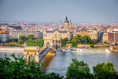 hermosa vista en Budapest y el Danubio puente