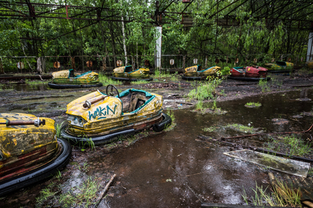 Pripyat 공원, 체르노빌, 우크라이나에 버려진 된 자동차 스톡 콘텐츠