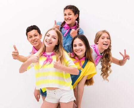 personas de pie: adolescentes divertido que se coloca detrás de la otra con gestos de paz