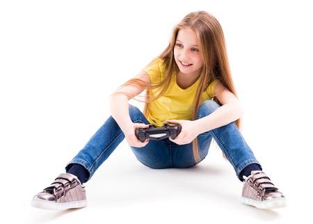 かわいい十代の少女彼女のコンピューターでゲームをプレイ、ジョイパッド、アクティブなゲーマー