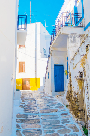 Narrow street with traditional rustic houses in the village of Lefkes, Island of Paros, Greece Standard-Bild