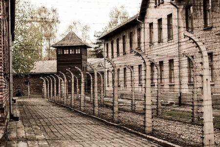 Polonia, Auschwitz - 18 de abril de 2014: vallas de alambre del campo de concentración de Auschwitz en Oswiecim, Polonia