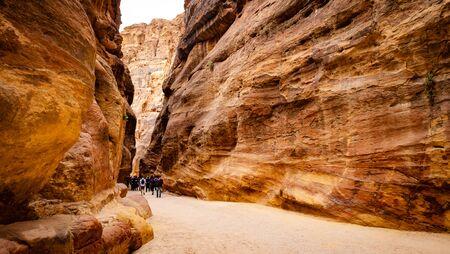 Beatiful gorge in Petra, Jordan with large crowd of tourists Standard-Bild