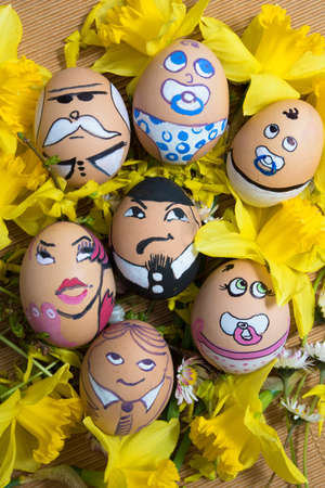 familia feliz de la cara del huevo de Pascua de flores amarillas