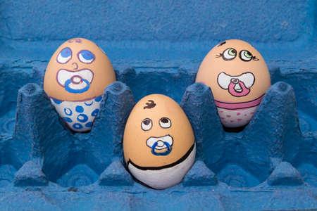 Cara De Niño Y Niña Díscola Huevo Sobre La Hierba Verde