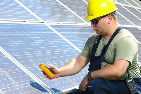 insolación: Trabajador es la medición de radiación solar en la planta de energía solar Foto de archivo