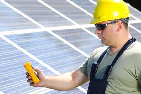 insolación: Ingeniero es la medición de radiación solar en el panel solar