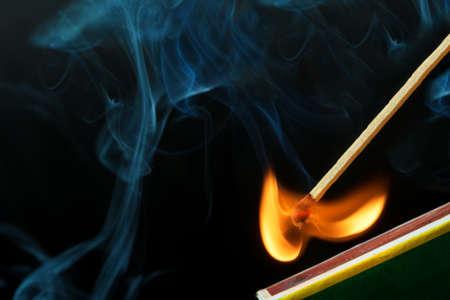 시합을 치고 화재와 연기 만들기 스톡 콘텐츠