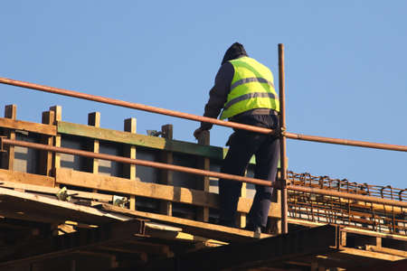 Safety risc, builder without helmet at the rconstruction area