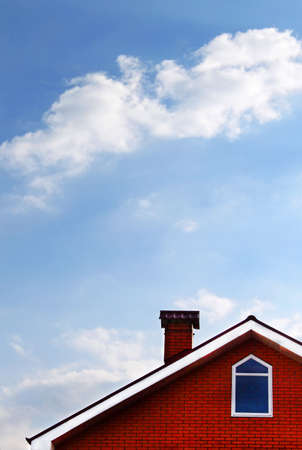 roof windows: Casa y cielo azul con nubes