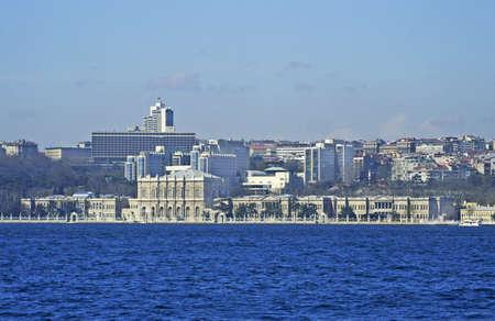 национальной достопримечательностью: Стамбул Panorama с полной оболочкой удивительный дворец Долмабахче, когда-то дом османских султанов, то Ататюрка, в настоящее время национальная достопримечательность и туристической достопримечательностью. Фото со стока