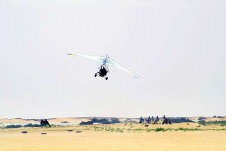 motorised: Motorizado ala delta en el Sahara, T�nez Editorial