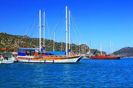 Afgemeerd jachten, in de buurt Kekova eiland, Turkije