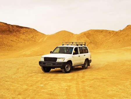 Car in the desert Imagens