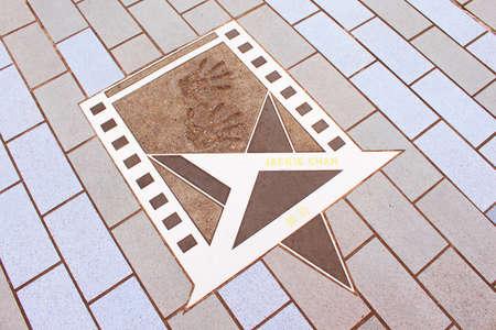 screenwriter: Stella Jackie Chan s presso il lungomare di Hong Kong di Bruce Lee � Hong Kong attore, coreografo d'azione, comico, regista, produttore, artista marziale, sceneggiatore, imprenditore, cantante e cascatore Editoriali