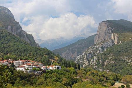 olimpo: Monte Olimpo en Grecia. En el primer plano - peque�a ciudad de Litohoro
