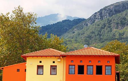 olimpo: Casas rojas y amarillas cerca del monte Olimpo y cerca de peque�a ciudad de Litohoro en Grecia Foto de archivo