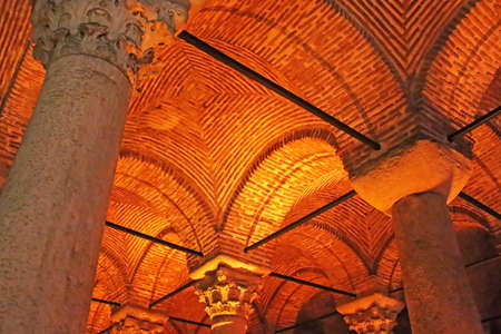 cisterna: Techo de la cisterna bas�lica subterr�nea. Bizantina Dep�sito de agua construido por el emperador Justiniano, Turqu�a, Estambul Editorial