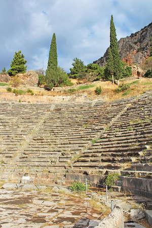 teatro antiguo: Antiguo Teatro Delphi Grecia. El teatro antiguo en Delphi fue construido fue construido originalmente en el siglo cuarto antes de Cristo, pero fue remodelada en varias ocasiones desde
