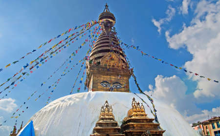 hindues: The Swayambhunath stupa, popularly known as the Monkey Temple, an important pilgrimage site for both Buddhists and Hindus in Kathmandu, Nepal