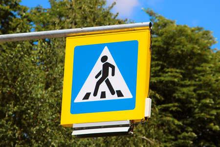paso de peatones: Road sign pedestrian crossing on background of trees
