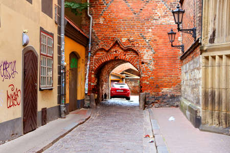Scenery arch passageway in old city to Yana seta, Riga, Latvia 에디토리얼
