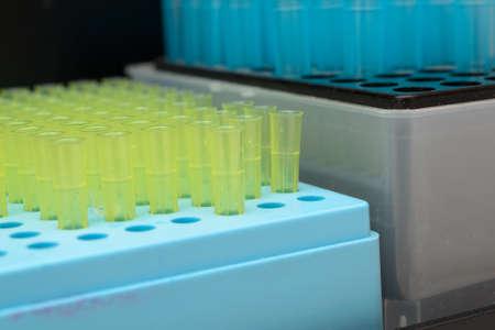 metodo cientifico: El laboratorio de bioquímica tubos de vidrio azul y amarillo y transparente. Foto de archivo
