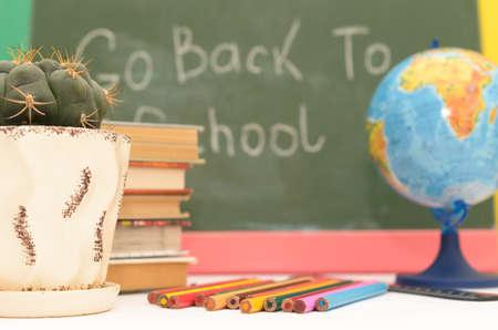 Schoollevering op een achtergrond van een schoolraad met een inschrijving en op een lichte achtergrond