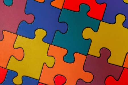 Fragment eines Bodens in einem Kinderspielzimmer aus bunten Puzzles