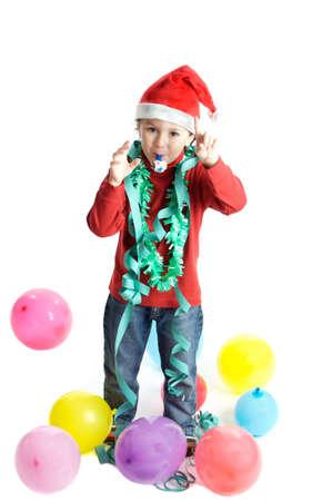 サンタ クロースはプレゼントが付属していますように彼のクリスマスの木を飾るに小さな男の子 写真素材 - 603003