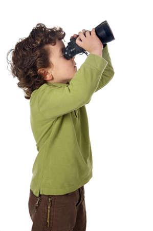 Photo d'un adorable petit garçon regarde après jumelles