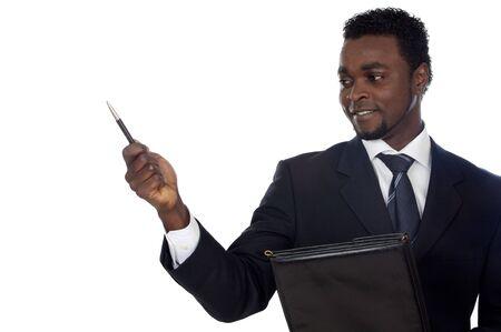 remuneraci�n: african atractivo hombre de negocios m�s de un fondo blanco