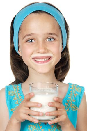 sorbo: Fondo del blanco del excedente de la leche de consumo a de la muchacha Foto de archivo